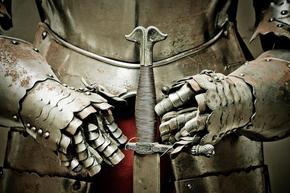 Кръстоносен поход срещу COVID-19: Рицари пазят дистанцията между туристите в Швеция