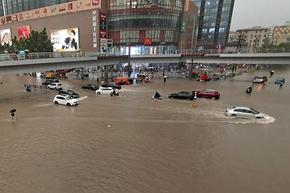 Метро влак заседна в пълен с вода от пороите тунел в Джънджоу