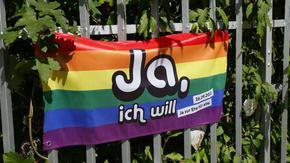 Швейцарците гласуват за еднополовите бракове
