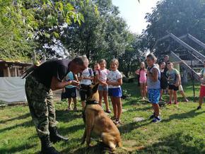 Деца от Шумен се запознаха с уменията на полицейско куче и с правилата за пътна безопасност