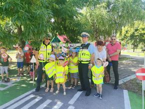 Полицаи гостуваха в детски градини за Деня за пътна безопасност