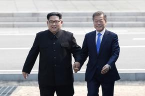 Двете Кореи възстановиха горещата си телефонна линия