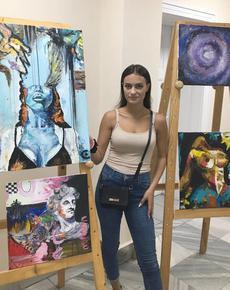 Подредиха изложба на шуменска ученичка в Съдебната палата