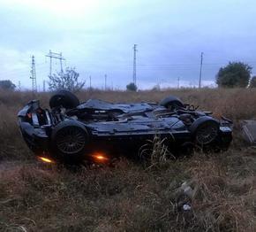 """Пиян шофьор преобърна колата си и падна в нива до АМ """"Хемус"""""""