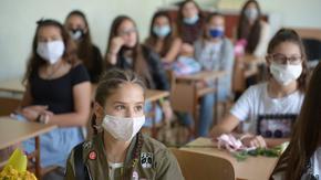 Учениците от 7, 8 и 12 клас се връщат първи в училище