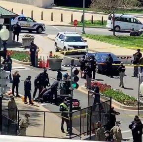 Кола се вряза в полицаи край Капитолия, последва стрелба и двама загинали