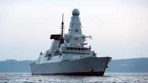 Руски кораб стреля по британски в Черно море, самолет пусна бомби по пътя му