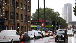 Горивото привършва в големи британски градове, Лондон временно спря законите за конкуренцията