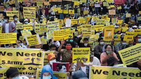 Армията в Мианма обещава избори насред многохилядни протести срещу преврата