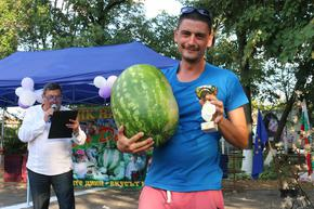 32-годишен местен производител впечатли с 18-килограмова диня на традиционния фестивал в Салманово