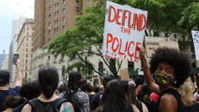 """Какво означава САЩ да """"спрат парите на полицията"""", както искат протестиращите"""