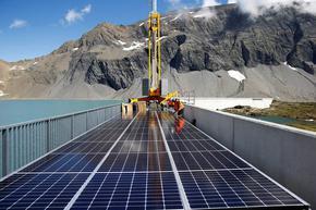 Швейцария строи най-голямата соларна централа в Алпите