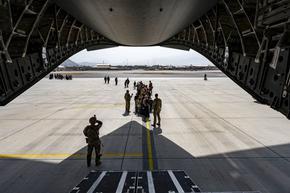 Четирима българи и 14 румънци бяха евакуирани с румънски военен самолет