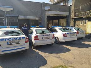 Пиян счупи стъклата на 4 патрулки пред Районното в Шумен