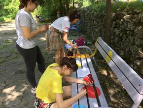 """Младежи дадоха нова визия на пейките в парк """"Кьошкове"""""""
