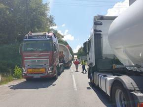 Тежкотоварни автомобили затрудняват движението от и за Бургас, полицаи обезопасяват маршрута им