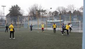 Четири отбора от учители показаха футболни умения в традиционния коледен турнир