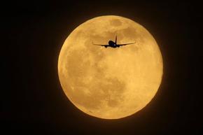"""Учените обясниха защо Луната започва да """"ръждясва"""""""