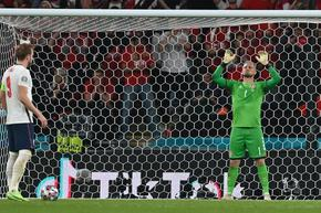 УЕФА ще наказва Англия заради лазер и освиркан химн