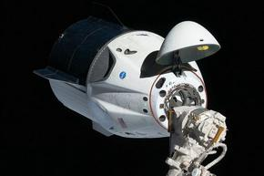 SpaceX праща четирима туристи в космоса