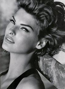 Моделът Линда Еванджелиста съобщи, че е обезобразена в козметична процедура