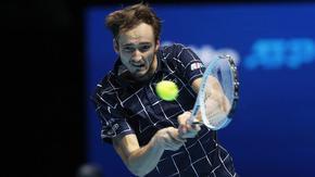 Бърз успех срещу Джокович изпрати Медведев на полуфинал в Лондон