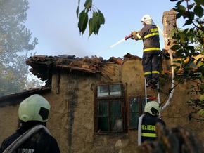 Къща изгоря след пожар, тръгнал от влак