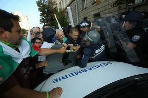 Хиляди атакуват парламента, ГЕРБ напусна залата при речта на президента