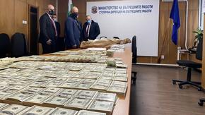 Мъж и жена напечатали милиони фалшиви долари и евро в университет