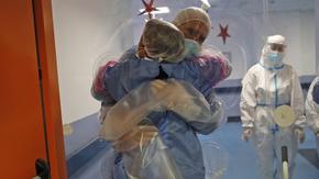 Пандемията лишава хората от прегръдки - и това е опасно за здравето
