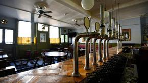 """""""Ако не кажеш кой си, няма да пиеш бира"""": новите правила за пъбовете във Великобритания"""