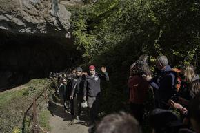 Приключи експериментът с 15 души, изолирани в пещера за 40 дни