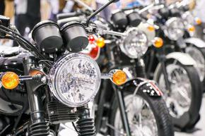 300 мотористи придружиха английска абитуриентка, подлагана на тормоз