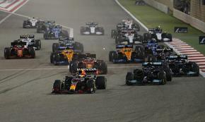 Хамилтън спечели в Бахрейн след грешка на Верстапен