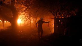 Атина помоли жителите да не излизат заради огромен пожар, край Солун бяха измерени 47°C