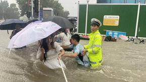 Жертви и хиляди евакуирани в Китай заради най-проливните дъждове от 1000 години
