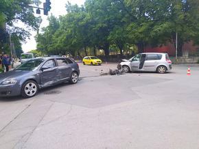 На червен светофар: Търговищко Рено отнесе шуменско Ауди