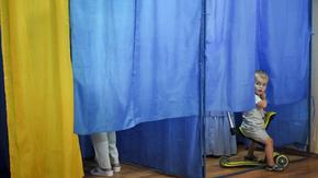 """С """"Демо референдум"""" Зеленски опитва да върне интригата в местните избори в Украйна"""