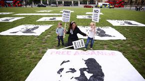 Еквадор отне гражданството на Асанж заради нередности в документите
