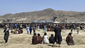 """Талибаните чакат САЩ да си тръгнат и пречат на хиляди да излетят, докато издирват """"врагове"""""""