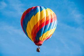 Илюзионист направи зрелищен полет с балони над пустиня в Аризона