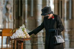Кралица Елизабет за първи път с маска