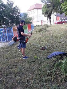 Младежи в помощ на Общината с окосяване на тревните площи
