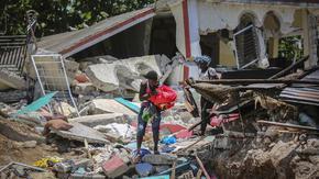 Жертвите на силното земетресение в Хаити наближиха 1300 души