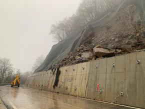 Свлачището на пътя за Рилския манастир е увредило сериозно пътя