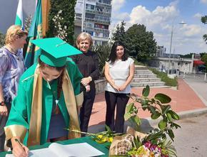 """Зрелостниците на СУ """"Трайко Симеонов"""" получиха тържествено дипломите си"""