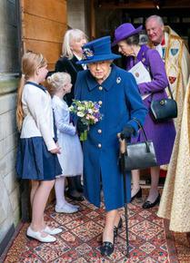 Кралица Елизабет II за първи път с бастун на публично събитие