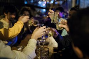 Преди локдауна: Франция пие, пазарува и пътува като за последно