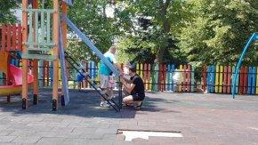 Граждани поправиха част от детската площадка до училището в Тракийския