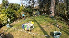 Да пробягаш маратон в градината: как англичанин събира пари за кауза